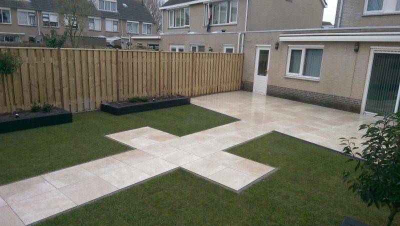 Moderne tuin met keramiek terras tuinhuis met veranda for Moderne tuin met overkapping
