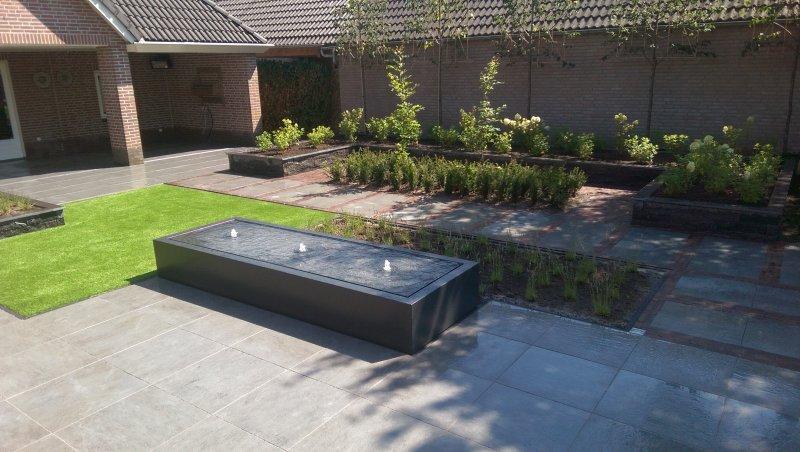 Moderne tuin met keramiek water tafel en beplanting den for Moderne waterpartijen tuin