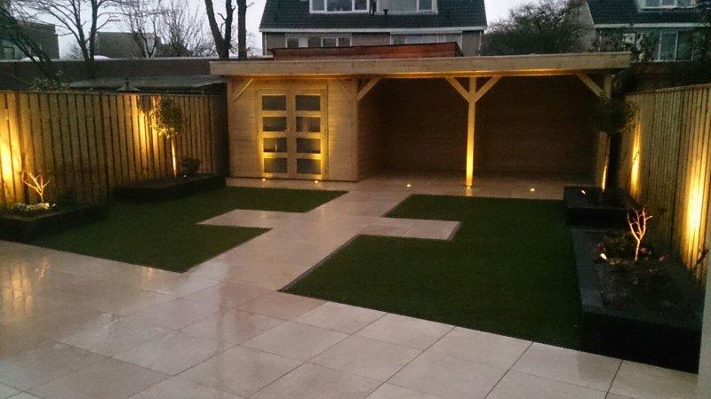 Moderne tuin met Keramiek terras, tuinhuis met veranda - Den Bogert ...