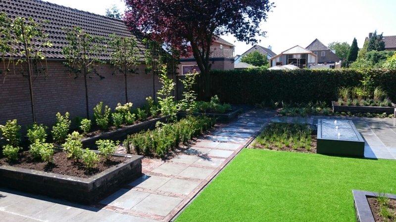 Moderne tuin met keramiek water tafel en beplanting den for Tuin beplanten